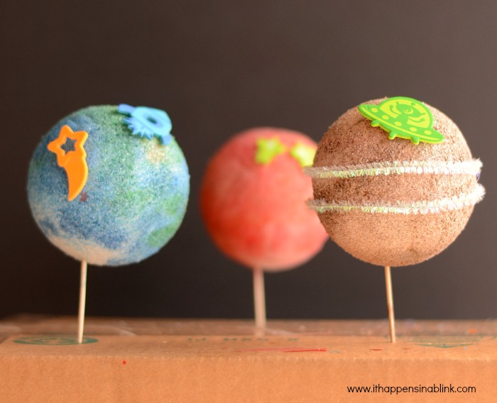 Easy Planet Preschool Craft from It Happens in a Blink