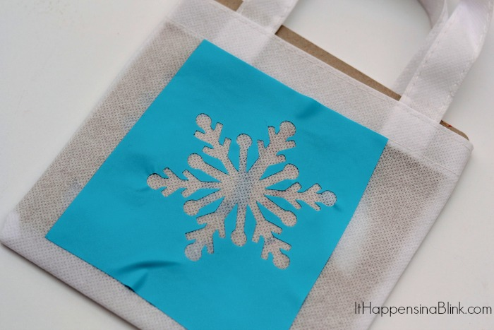 FROZEN Spa Birthday Party Favor Bags  |   ItHappensinaBlink.com