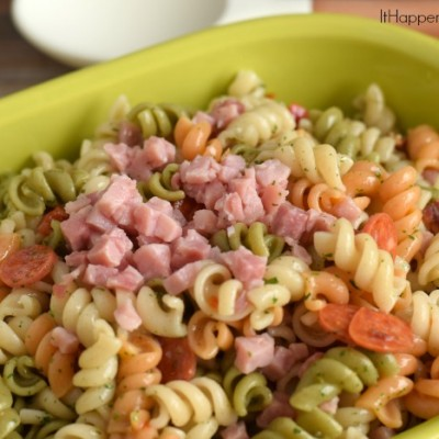 Last Minute Meatlover's Pasta Salad for a Crowd | #ad #suddenlysalad | Use Suddenly Salad and a few meaty mix-in to make a last minute meatlover's pasta salad side for a cookout