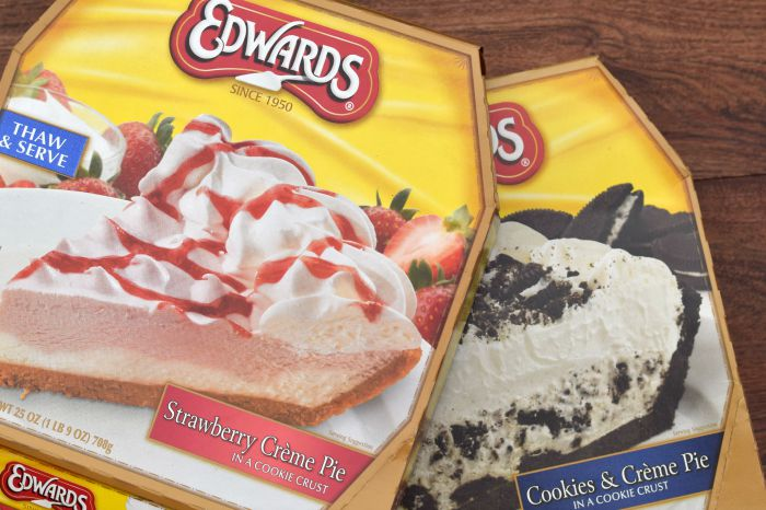 Cookies & Creme Banana Split  |  #EdwardsPies #Pmedia  #ad  |   Use an Edwards Pie to substitute as ice cream in a banana split treat