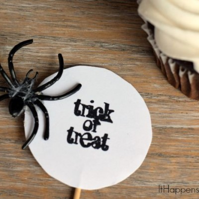 Spider Cupcake Topper | Use card stock and a stamp to create a easy spider themed Halloween cupcake topper