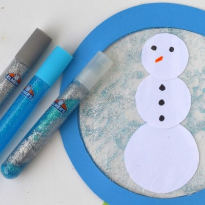 Snow Globe Glitter Glue Kid's Craft | Use glitter glue and a plastic baggie to create a fun winter themed kid's craft!